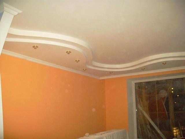 Многоуровневые фигурные потолки из гипсокартона с окраской, работа